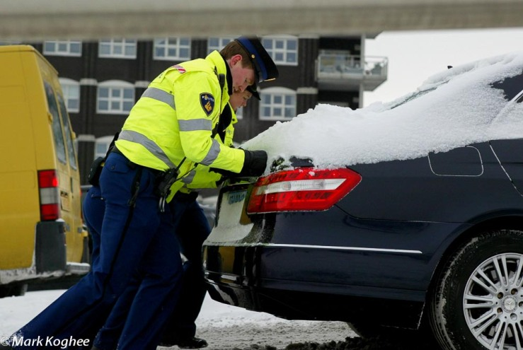 Winter came late in the Netherlands. Heavy snowfall on February 3 surprised traffic. Police officers had to push cars up the Bernhard Bridge in Zaandam.