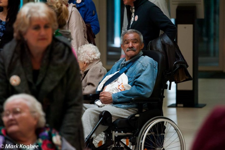 Disabled elderly were given a tour through Zaanstad's new town hall by volunteers on March 16.