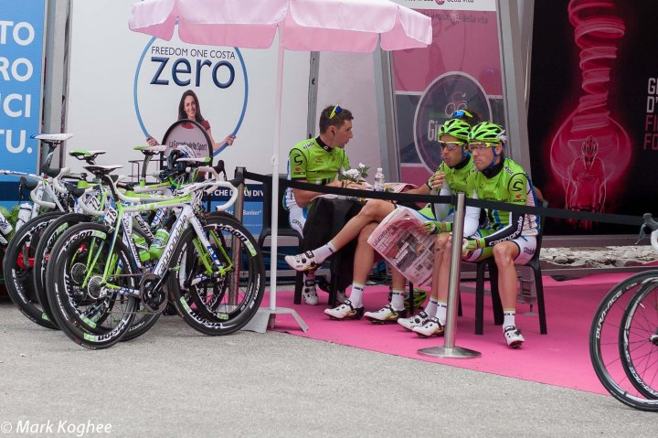 The Cannondale team go for a coffee before the start.
