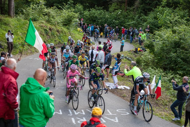 Nairo Quintana rides Zoncolan with one hand.